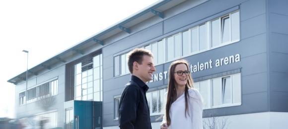 Auszubildende der WITTENSTEIN SE vor der WITTENSTEIN talent arena in Igersheim-Harthausen. Am 23. November findet dort ein Abend der technischen Ausbildung statt