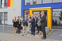 Nach 11 Monaten Bauzeit hat HEMA das neue Bürogebäude am Stammsitz in Seligenstadt eingeweiht (2.v.li.: Bürgermeister Daniel Bastian, 3.v.li. HEMA-Geschäftsführer Steffen Walter)