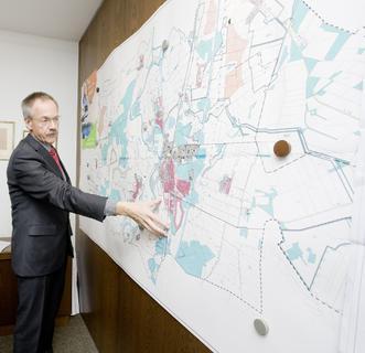 Lathens Bürgermeister Karl-Heinz Weber zeigt stolz die Pläne seiner Gemeinde, die erst im September 2013 zur Energiekommune des Monats gewählt wurde, Bild: REHAU
