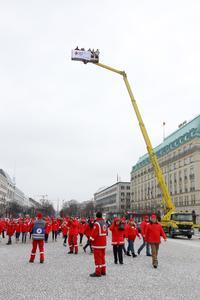 Rund 1.800 Freiwillige sammelten sich vor dem Brandenburger Tor ...