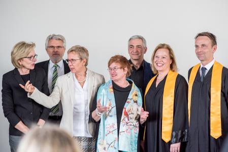 (v.l.n.r.:) Barbara Gätjen, Praxisinhaberin, Jutta Dernedde, Gesundheit Nord, Olaf Woggan, AOK Bremen / Bremerhaven, Wissenschafts- und Gesundheitssenatorin Prof. Dr. Eva Quante Brandt, Rektorin Prof. Dr. Karin Luckey, Ingo Schierenbeck, Arbeitnehmerkammer, Prof. Dr. Wiebke Scharff Rethfeldt, ATW Logopädie, Dekan Prof. Dr. Christopher Klug, Dr. Christine Wendt, ATW-Programmkoordinatorin, und Prof. Dr. Axel Schäfer, ATW Physiotherapie (Fotos: Sabrina Peters, Hochschule Bremen)
