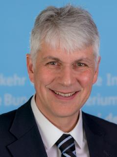 Prof. Dr. Wolfgang Stölzle: Ordinarius am Lehrstuhl für Logistikmanagement und Studiendirektor des Weiterbildungs-Diplomstudiums Logistikmanagement an der Universität St. Gallen.