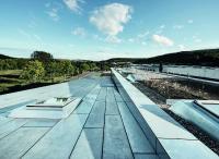 Abb. 2: Auch für die Dachflächen als 5. Fassadenseite kamen feuerverzinkte Stahlbleche zum Einsatz. (David Franck Photographie)