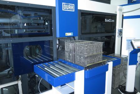 Durch schnelle Prozesse und das großes Chargenmaß von 670 x 480 x 400 mm ermöglicht die Lösemittel-Reinigungsanlage EcoCCore reduzierte Stückkosten im Reinigungsprozess und vergleichsweise kurze Amortisationszeiten.