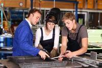 Das besonders geschulte Lehrpersonal in den anerkannten Bildungseinrichtungen kann gezielte Hinweise geben, um die Qualitätsfähigkeit zu verbessern. Quelle: ehrenberg-bilder/fotolia.com