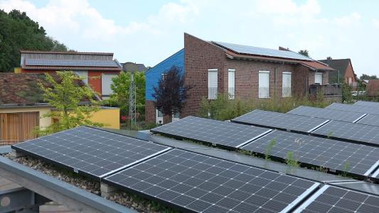 Verteilt auf fünf Wohnhäuser und ein Carport wurden rund 65 kWp Solarleistung installiert (Fotos: E3/DC)