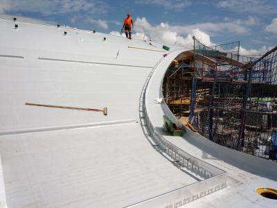 Schubschwellen im Steilhang und Dachtraufprofil aus Aluminium als Randeinfassung. Quelle: GRÜN+DACH / ZinCo