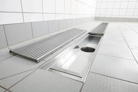 Als größte Variante von Innenraum-Entwässerungssystemen bietet die Firma Richard Brink Industrie- und Küchenrinnen zum Einsatz in Gemeinschaftsduschen, Großküchen und Industriebereichen an