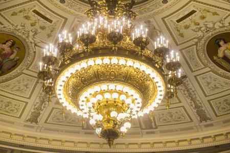 Die vosLED ist ideales Retrofit für die klassische Edison'sche Glühbirne – wie hier in der Dresdener Semperoper (Bildnachweis: Werksfoto vosla)