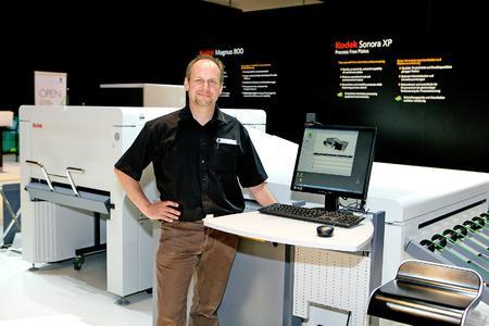 Gallus Niedermann auf dem drupa-Stand von Kodak vor einem MAGNUS 800 QUANTUM Plattenbelichter mit MCU, wie er in Kürze bei dem St. Galler Druckereibetrieb im Einsatz sein wird