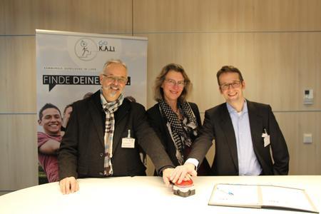 Startschuss für das gemeinsame Engagement in der Ausbildungsinitiative (v.l.): Werner Günzel (Stadt Detmold), Andrea Giese (krz) und Dennis Ortmeier (Stadt Lemgo)