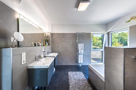 Ist ein Fenster offen, bleiben Abluftventilatoren aus – das spart Energie / Quelle: myGEKKO | Ekon GmbH / Hans-Rudolf Schulz