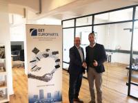 Ingo Marten, Managing Director von EET Deutschland (r.) begrüßt den COO der EET Group, Claus Ring (li.), am neuen Standort