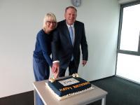 Bürgermeisterin Elfi Scho-Antwerpes und ISM-Präsident Prof. Dr. Ingo Böckenholt schnitten die Jubiläumstorte an.