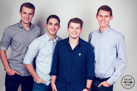 ISM-Student Dominik Sechser (2.v.r.) hat DrinkForFood mit ins Leben gerufen.