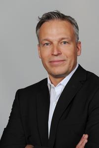 Holger Cremer, Leiter Research & Development Mechatronik für Europa bei der Dematic GmbH freut sich über die niedrigen Energiekosten des neuen Palettiersystems. (Foto: Dematic GmbH)