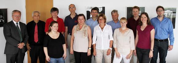 Hintere Reihe: TU-Präsident Prof. Dr. Helmut J. Schmidt, Prof. Dr. Jürgen Becker, Prof. Dr. Ralf Korn, Dr. habil. Bernd Schürmann, Prof. Dr. Mathias Hahn, Vizepräsident Prof. Dr. Norbert Wehn, Daniel Gänßler, Michael Becker (v.l.n.r.). Vordere Reihe: Franziska Raudonat, Prof. Dr. Susanne Ihsen, apl. Prof. Dr. Gabriele Hornung, Dr. Nadine Bondorf, Dr. Katrin Vogel (v.l.n.r.). Foto: Thomas Koziel