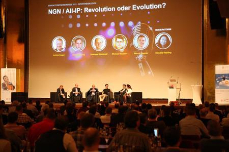 """Zu den Highlights des Events gehörten die beiden erstmals ausgerichteten Expertendiskussionen. Im Bild die erste Gesprächsrunde, bei denen sich renommierte Branchenexperten zu den Themen """"NGN/All-IP – Revolution oder Evolution?"""" austauschten"""