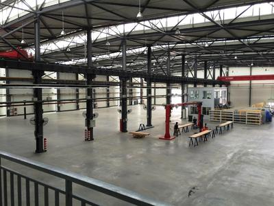 When planning the production, HAVER TECHNOLOGIES (Tianjin) placed much value on optimum equipment: Kanban assembly stations, assembly cranes, two crane bridges with a lift capacity of 10 and 15 tonnes respectively, and an automatic stock system for small parts ensure ideal work conditions. The photo shows the production hall before moving