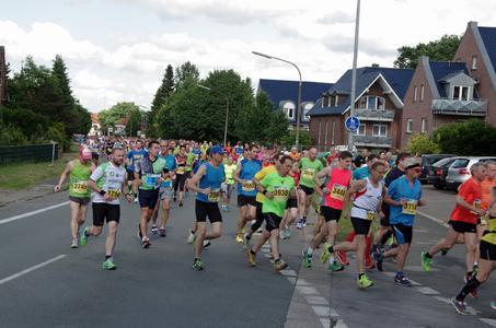 Beim Remmers-Hasetal-Marathon 2015 war das große Starterfeld des Hauptlaufs bereits kurz nach dem Start auseinandergezogen (Bildquelle: Remmers Baustofftechnik, Löningen - Paul Mastall)