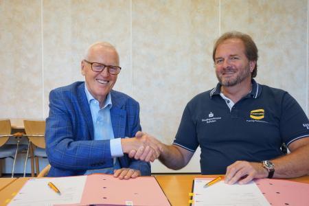 Die HARTING Technologiegruppe und die Baskets 96 Rahden setzen ihre Zusammenarbeit im Bereich Sponsoring auch 2018/19 fort. Dietmar Harting und Stephan Rehling (rechts) freuen sich auf die Zusammenarbeit