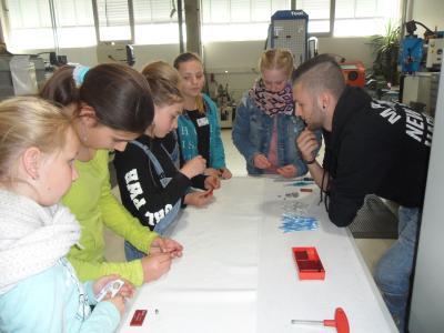 Gemeinsam mit SMC Auszubildenden gravierten die 21 Schülerinnen am Girls´Day ihre eigenen Schlüsselanhänger. Fotos: SMC Pneumatik GmbH