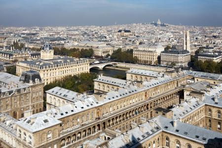 Noch bis Ende des 19. Jahrhunderts waren in Paris bis zu 90 % der Dächer mit Zinkblech gedeckt. Auch moderne Gebäude im Pariser Stadtgebiet tragen heutzutage Zinkdächer / Bildquelle: Initiative ZINK/VMZINC