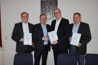 Süwag-Standortleiter Jouke Landman, Süwag-Vorstand Markus Coenen, Bürgermeister Michael Franz und Erster Beigeordneter Martin Schulz unterzeichnen den Konzessionsvertrag.