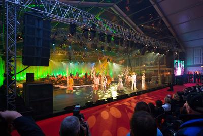 Das Veranstaltungsprogramm im 30 m breiten und 60 m langemLosberger VIP-Zelt faszinierte die 1800 geladenen Gäste. Durch die großzügige Front- und Seitenverglasung war die AIDAbella zumindest optisch immer mitten im Geschehen.
