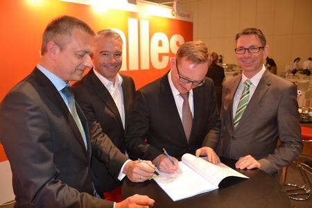 Bild der Vertragsunterzeichnung (v. li. n. re.: J. John u. N. Haase, Geschäftsführer der fidelis HR, Dr. M. Grentzer u. U. Jänicke, Gründer und Vorstände der aconso AG)