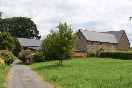 Im Außenbezirk von Dol-de-Bretagne befindet sich das stattliche Landgut Le Tertre Ychot, zu dem ein imposantes dreigeschossiges Haupthaus, ein zum Gästehaus umgebauter ehemaliger Pferdestall sowie mehrere Nebengebäude gehören. Foto: Achim Zielke