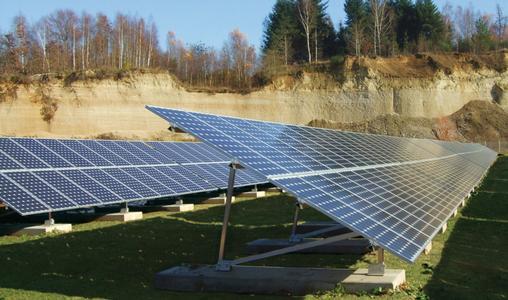 Solarmodule auf einer Freilandanlage. Schletter liefert die passenden Unterbaukonstruktionen für verschiedene Einsatzbedingungen