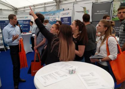 Zahlreiche studentische Besucher stellten auf dem Messestand von Aumüller Aumatic auf der Firmenkontaktmesse Pyramid interessierte Fragen.