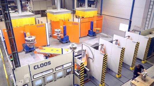 In addition to the automated welding technoloy, CLOOS offers intelligent systems for fully automated loading and unloading