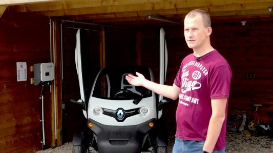 Elektrisch mobil mit eigenem Strom: Bastian Reitmeyer vor seinem Twizy