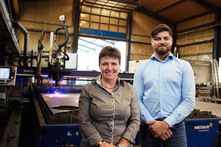 Foto 1:  © Silke Fischer Stahlbearbeitung e.K.:  Silke Fischer (Geschäftsinhaberin) und Christian Baranski (Betriebsleiter und Prokurist)
