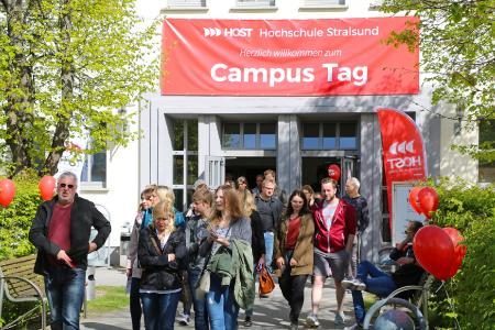 Besucher beim Tag der offenen Tür auf dem Campus der Hochschule Stralsund 2018 / Foto: Claudia Rahn