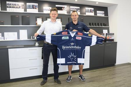 Daniel Ackermann, Geschäftsführer SAXOPRINT und Eislöwen Verteidiger Tomas Schmidt (#22)