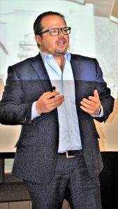 """Experte für digitale Transformation: Unternehmensberater Michael Buck rät Bauunternehmern, sich frühzeitig mit der Digitalisierung ihrer Geschäftsprozesse auseinanderzusetzen. """"Es ist nicht weniger als ein Kulturwandel."""" / Foto: Achim Zielke für den DHV, Ostfildern; www.d-h-v.de"""