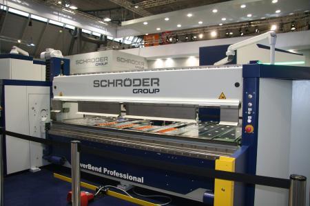 Nachgefragt bei Messebesuchern: Die Schwenkbiegemaschine PowerBend Professional / Bildquelle: Schröder Group