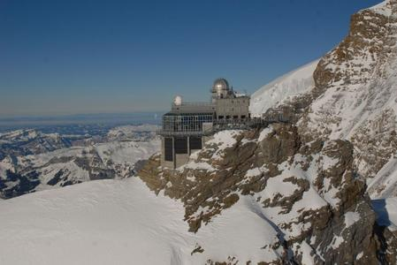 Since January 58 KC200GHT-2 Kyocera solar modules have been adorning the façade on top of the Jungfraujoch at an altitude of 3,500 metres.