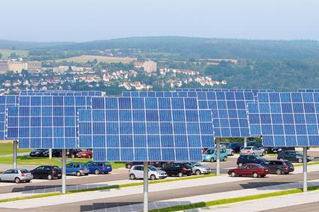 Flächen mehrfach nutzen - Nachführsysteme der Kirchner Solar Group auf einem Parkplatz