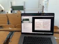Vorlesung im Livestream: Prof. Dr. Niels Eckstein im Hörsaal und die Studierenden zuhause am Rechner