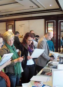 """Großes Gedränge herrschte bei der Informationsveranstaltung """"Meet the experts – Katalogtrends 2010"""" an den acht Informationsständen rund um die Katalogproduktion."""