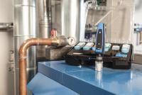 Das Set zur Wasserqualitätsbestimmung von Afriso enthält das Sensormodul CAPBs® sens WQ 10 sowie die zugehörigen Kalibrier-lösungen und Probenbehälter, Quelle: Afriso