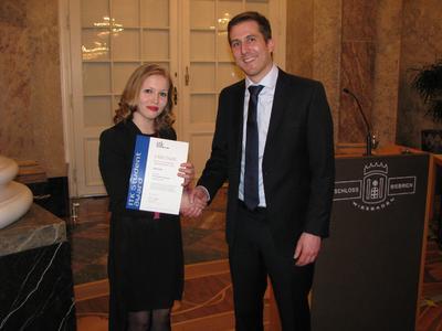 Absolventin Olga Dedi mit Dipl.-Ing. (FH) Thomas Fräßle von ITK Engineering bei der Verleihung (Foto: Ch. Wenzel-Benner, ITK Engineering)