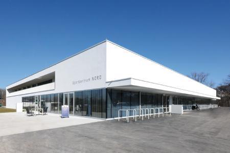 Im Salzburger Stadtteil Liefering wurde nach den Entwürfen von Karl und Bremhorst Architekten, Wien, das neue Sportzentrum Nord errichtet. Glas und Betonplatten prägen die Fassade