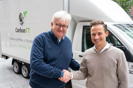 Helmut Freiermuth, head of the division Hardparts of Rheinmetall Automotive (left), and Gerret Kalkoffen, Managing Director of CarbonTT in front of a delivery vehicle with a CarbonTT chassis made of CFRP