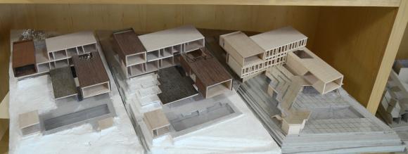 Dreistufige Entwurfsgenese im Modell: links der Erstentwurf, rechts der realisierte Entwurf. Bildnachweis: red bean architecture, Singapur