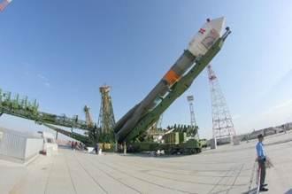 Der Sojus-Fregat Launcher wird aufgerichtet (Foto: DLR, Thilo Kranz)